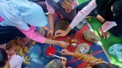 Anak-anak di Desa Sendang, Kecamatan Wonotunggal saat mengikuti lomba melukis batu dalam peringatan HUT Ke-76 RI.