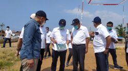 Tim Badan Geologi Kementerian ESDM saat meninjau lokasi pemasangan patok pendeteksi land subsidence di Kota Pekalongan, Rabu (18/8).