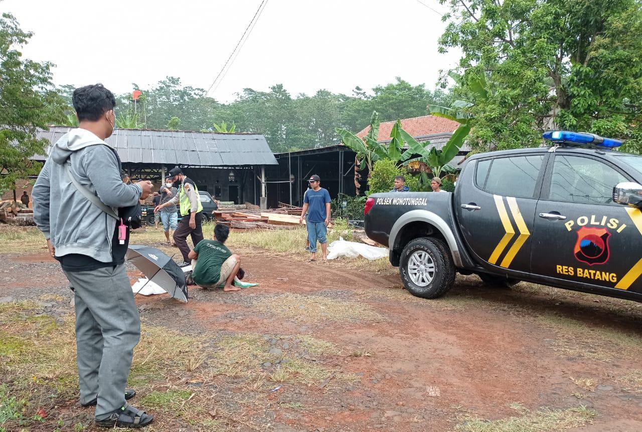 Personil Polsek Wonotunggal dibantu warga mengevakuasi korban kecelakaan sepeda motor vs dump truk yang menewaskan dua orang, Sabtu (11/9/21) siang kemarin.