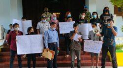 Warga RT 03 RW 03 Petamanan melakukan konferensi pers setelah mediasi Komnas HAM di Kompleks Pendopo Batang, Selasa (21/09/2021) siang.