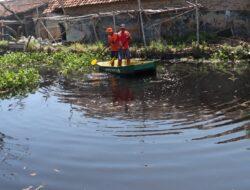 Antisipasi Banjir, Warga Pekalongan Utara Bersihkan Sampah di Sungai